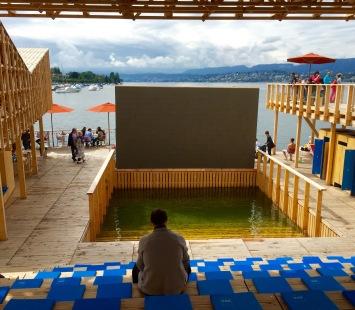 """Der """"Pavillon of Reflections"""" ist eine schwimmende Plattform auf dem Zürichsee."""