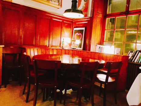 Der Stammtisch ist der einzige Tisch ohne weisses Tischtuch und Kerze.