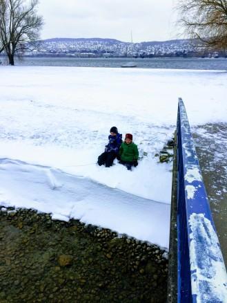 Kinder im Schnee. Ich liebe auch, wenn es schneit in Zürich.